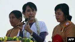 Bà Aung San Suu Kyi, lãnh tụ tranh đấu cho dân chủ Miến Điện (giữa) nói chuyện với những người ủng hộ bà trong cuộc vận động tranh cử hôm 11/2/12