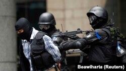 Prajurit TNI menahan seseorang yang bertindak sebagai teroris dalam latihan antiteror di Gedung Bursa Efek Indonesia di Jakarta, 13 Maret 2010. (Foto: REUTERS/Beawiharta)