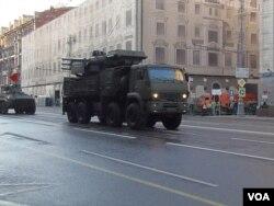 2014年勝利日紅場閱兵前彩排時,莫斯科街頭的鎧甲-S型防空導彈。 (美國之音白樺拍攝)