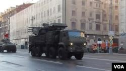2014年胜利日红场阅兵前彩排时,莫斯科街头的铠甲-S型防空导弹。(美国之音白桦拍摄)
