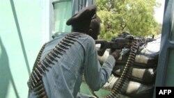 Binh sĩ chính phủ Somalia trong cuộc đụng độ với quân nổi dậy Hồi giáo ở khu phố Taleh, phía nam thủ đô Mogadishu