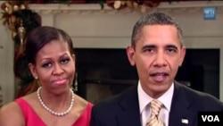 Ibu negara Michelle Obama mendampingi Presiden Barack Obama dalam pidato mingguan hari Sabtu (24/12).