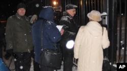 活动人士试图向中国大使馆递交信(美国之音白桦拍摄)
