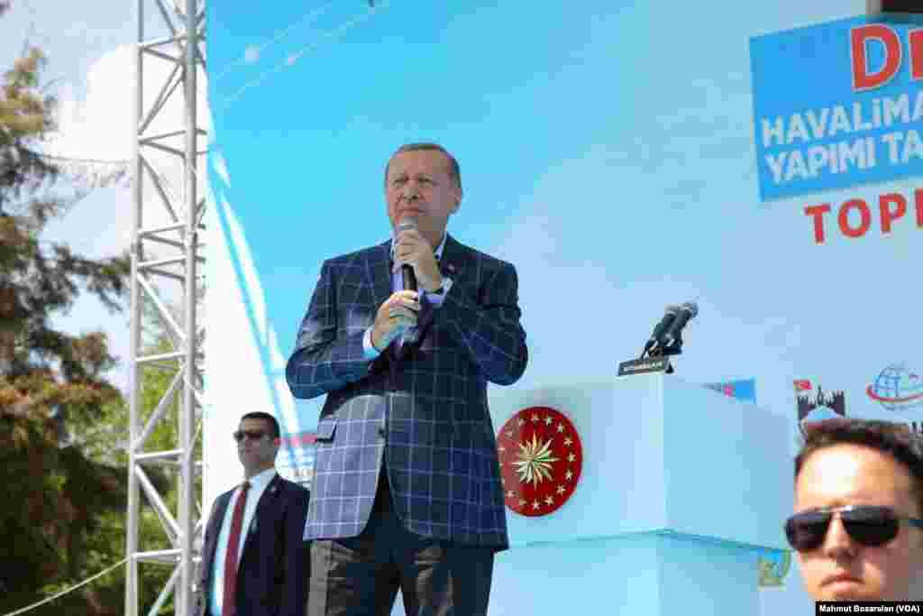 Cumhurbaşkanı Erdoğan Diyarbakır'da yaptığı ziyaretteki konuşmasında, Suriye'de bir Amerikan askerinin YPG arması taktığını gösteren fotoğraflara değindi ve ABD'yi kınadı.