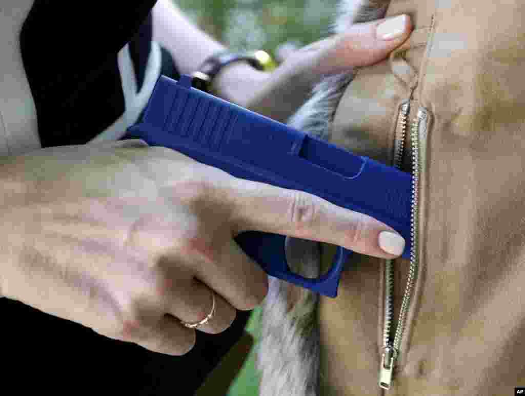 حمل اسلحه توسط زنان آمریکایی و طراحی پوشاک و مد مناسب برای آنها