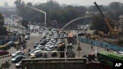 印度車多不僅造成交通堵塞,也嚴重污染環境。