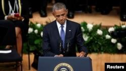 Tổng thống Hoa Kỳ Barack Obama phát biểu trong buổi lễ tưởng niệm năm cảnh sát thiệt mạng trong vụ xả súng tại Dallas, ngày 12 tháng 7 năm 2016.