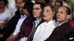 De derecha a izquierda, el embajador de Venezuela en Cuba, Edgardo Ramírez; la ministra de Salud venezolanada Eugenia Sader y el yerno del presidente Chávez, Jorge Arreaza.