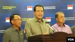 Menko Perekonomian Chairul Tanjung (tengah) memberikan keterangan pers didampingi Menteri ESDM Jero Wacik dan Menteri Perindustrian M.S. Hidayat di Jakarta (Foto: dok).