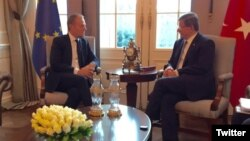 Presiden Dewan Eropa Donald Tusk (kiri) bertemu PM Turki Ahmet Davutoglu di Ankara hari Kamis (3/3).