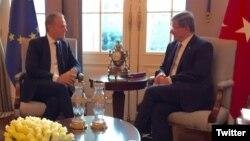 Presiden Dewan Eropa, Donald Tusk (kiri) melakukan pembicaraan dengan PM Turki Ahmet Davutoglu, Kamis (3/3).