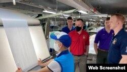 Các thành viên Thủy quân Lục chiến làm việc Đại sứ quán Hoa Kỳ ở Hà Nội thăm nhà máy Dệt kim Đông xuân, ngày 25/1/2021. Photo Facebook US Embassy Hanoi