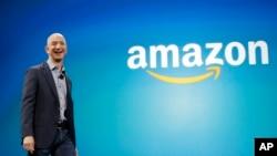 FILE - Amazon CEO Jeff Bezos berjalan di panggung pada acara peluncuran Amazon Fire phone terbaru di Seattle, 16 Juni 2014. Bezos saat ini tercatat sebagai orang terkaya di dunia, menggeser posisi Bill Gates.