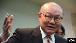 香港退休法官胡國興宣佈參加2017年特首選舉 (美國之音特約記者湯惠芸拍攝)