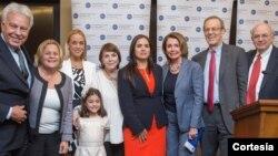 Felipe González (der.) ofreció un discurso durante la premiación a Lilian Tintori, Mitzy Capriles y Tamara Sujú en Washington. Foto [Cortesía Scott Henrichson, NED].