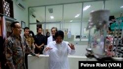 Wali Kota Surabaya Tri Rismaharini didampingi Rektor Universitas Airlangga meninjau fasilitas di Rumah Sakit Unair. (Foto: VOA/ Petrus Riski)