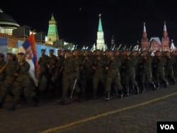 5月4日的彩排中,塞爾維亞軍隊在中國軍隊之前通過紅場(美國之音白樺拍攝)