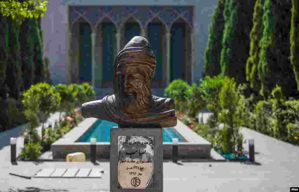 آرامگاه صائب تبریزی شاعر قرن یازدهم در اصفهان. او که تبریزی بود، 120 هزار بیت شعر دارد.