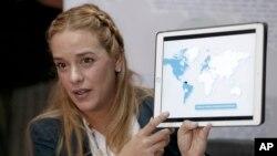 Lilián Tintori, esposa del encarcelado líder opositor Leopoldo López, muestra un mapa que destaca los países que ella dice han condenado el gobierno del presidente Nicolás Maduro.