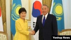 카자흐스탄을 국빈방문 중인 한국 박근혜 대통령이 19일 오전 아스타나 대통령궁에서 정상 회담에 앞서 누르술탄 나자르바예프 대통령과 악수하고 있다.