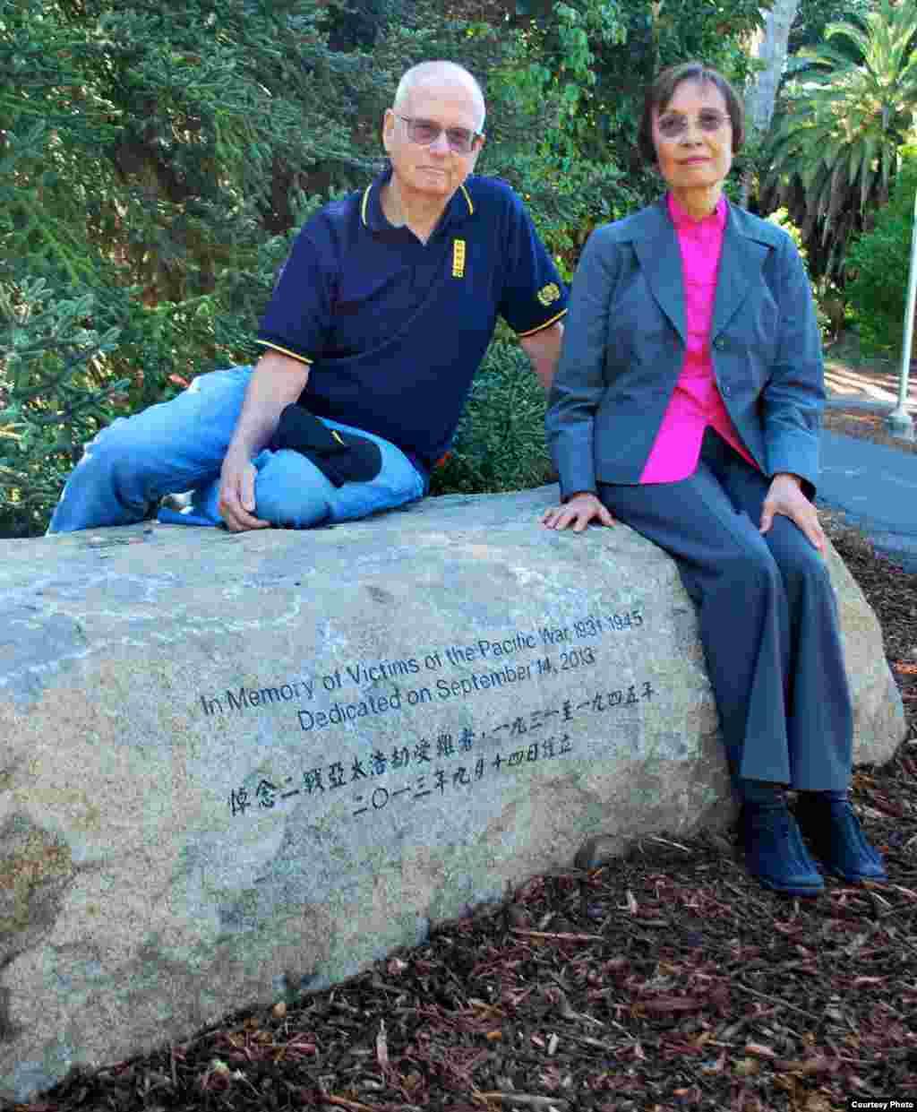 二战亚太战区受难者纪念座碑的推手陈碧仪教授和她的丈夫思比德(Jean Wasp提供)