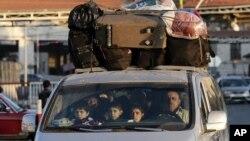 ایک شامی خاندان سرحد عبور کرکے لبنان میں داخل ہورہاہے۔ 30 نومبر 2012