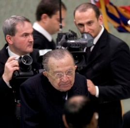 Giulio Andreotti (C), Italian life senator, leaves after a meeting at the Vatican, Nov. 12, 2009.