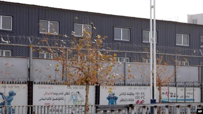资料照:新疆和田市一服装公司的就业培训基地被两层铁丝网围住。(2018年12月5日)