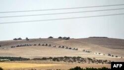 Karkamış'tan görülen ve Suriye sınırının iki kilometre içinde ilerleyen Türk tankları.