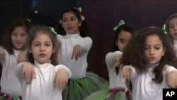 Siswi-siswi Princess Alia School for Girls di Amman, Yordania menyanyikan lagu mengenai persamaan gender. (Foto: Dok)