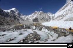 Everest zirvəsinə gedən yolda alpinistlər üçün düşərgələr qurulub.