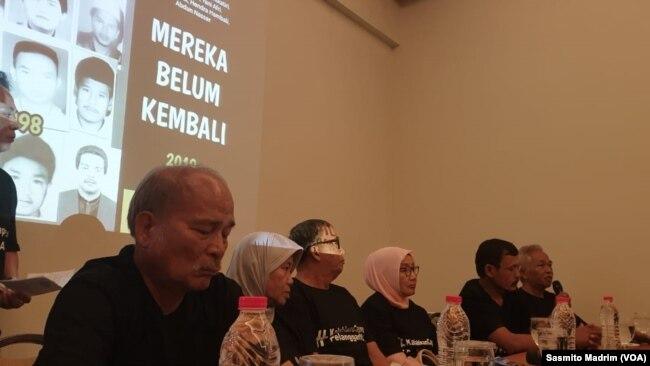 Keluarga dan korban penculikan aktivis pada 1998 saat menyatakan dukungan kepada Jokowi pada pemilihan presiden 2019 di Hotel Grand Cemara, Jakarta, Rabu, 13 Maret 2019. (Foto: Sasmito Madrim/VOA)
