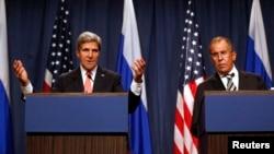 Ngoại trưởng Mỹ John Kerry (trái) và Bộ trưởng Ngoại giao Nga Sergei Lavrov tại một cuộc họp báo ở Geneva, 14/9/2013