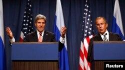 美国国务卿克里(左)与俄罗斯外长拉夫罗夫(右)9月14日举行记者会