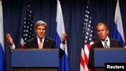 Menteri Luar Negeri AS John Kerry (kiri) dalam jumpa pers gabungan mengenai Suriah bersama Menteri Luar Negeri Rusia Sergei Lavrov di Jenewa (14/9). (Reuters/Larry Downing)