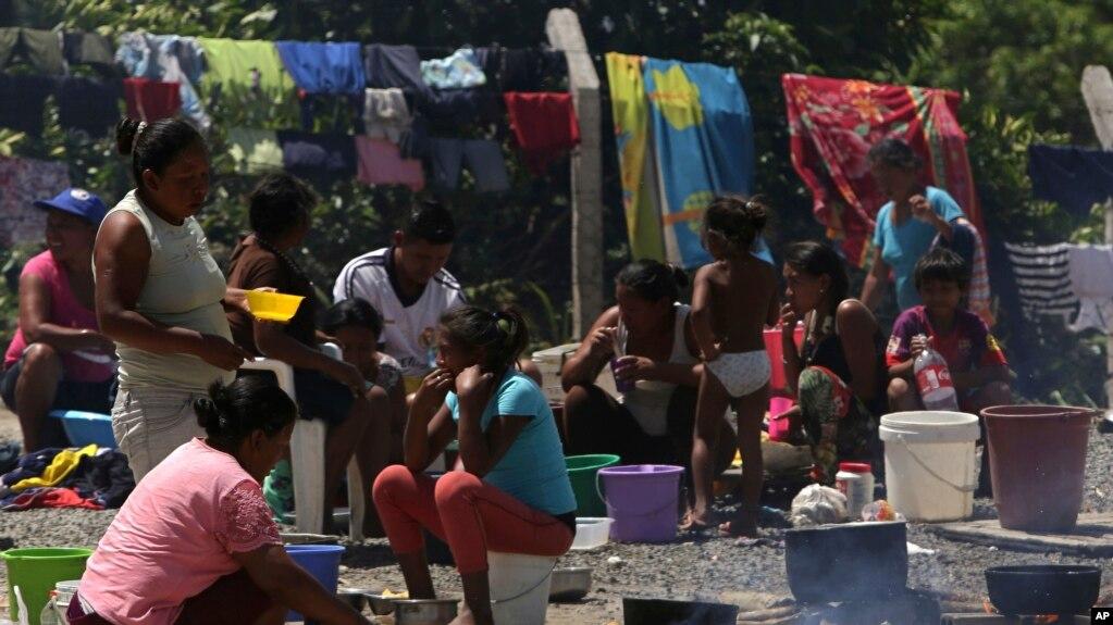 ARCHIVO-Indígenas waraos de Venezuela preparan comidas en un área al aire libre de un refugio en Pacaraima, el principal punto de entrada para los venezolanos, en el estado brasileño del norte de Roraima. (AP Photo / Eraldo Peres)