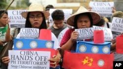 2016年3月3日菲律宾学生手持中国船只模型在马尼拉总统官邸附近抗议中国在南沙群岛的军事化行动