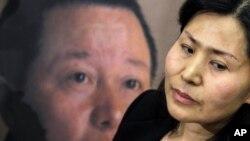 Geng He (kanan) isteri pengacara HAM China Gao Zhisheng (posternya terlihat di kiri) akan memberi kesaksian soal kasus suaminya kepada Komisi Kongres AS (foto: dok).