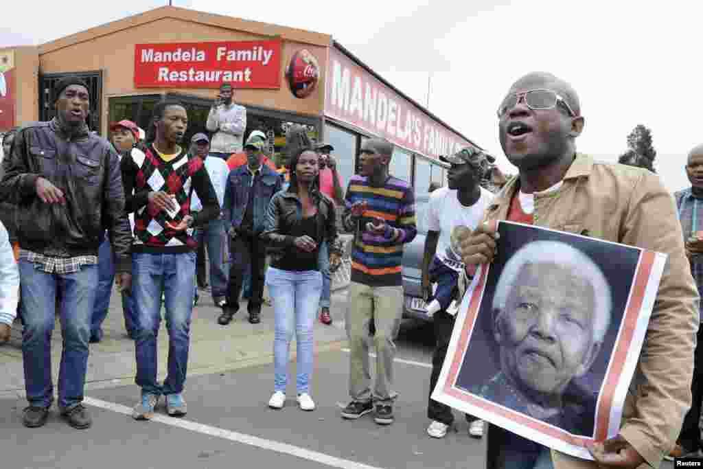 Nelson Mandelanın dəfn mərasimində insanlar mahnı oxuyur, rəqs edir - Yohanesburq, Sveto, 6 dekabr. 2013