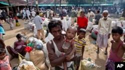 Những người Hồi giáo Rohingya mới tới Bangladesh từ Myanmar chuẩn bị rời một nơi tạm trú ở Shahparirdwip, Bangladesh, ngày 2 tháng 10, 2017.