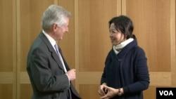 英国议会跨党派中国事务小组主席、议会下院成员Richard Graham, MP 葛力恒和美国之音记者燕青(美国之音拍摄)