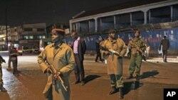 肯尼亚警察守卫在内罗毕遭手榴弹爆炸袭击的现场