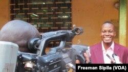 Un cinéaste nouvellement formé répond aux journalistes AFB, Bangui 16 décembre 2017. (VOA/Freeman Sipila)