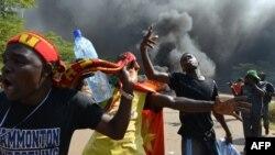 Des manifestants devant le Parlement, Ouagadougou, 30 octobre 2014