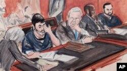 Efraín Antonio Campos Flores llora ante la corte durante una audiencia junto a su primo Franqui Francisco Flores De Freitas (extremo derecho), según esta ilustración del 17 de diciembre de 2015.