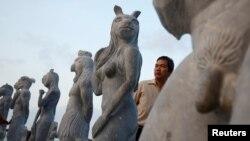 Một người đàn ông trong vườn tượng khỏa thân ở Hòn Dấu, Hải Phòng.