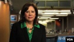 Hilda L. Solis visitando las instalaciones de la Voz de América en la ciudad de Washington.
