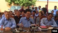 រូបឯកសារ៖ លោក ញឹក ប៊ុនឆៃ អង្គុយនៅកណ្តាល ថ្លែងប្រាប់អ្នកសារព័ត៌មាននៅឯគេហដ្ឋាននៅក្នុងការធ្វើសន្និសីទព័ត៌មាន អំពីការដើរចេញពីគណបក្សហ៊្វុនស៊ីនប៉ិច និងការបង្កើតគណបក្សរួបរួមជាតិ នៅគេហដ្ឋានរបស់លោក ស្ថិតក្នុងសង្កាត់ជ្រោយចង្វារ ខ័ណ្ឌជ្រោយចង្វារ រាជធានីភ្នំពេញ កាលពីថ្ងៃពុធទី ៣ ខែកុម្ភៈ ឆ្នាំ ២០១៦។ (ហ៊ុល រស្មី/VOA Khmer)