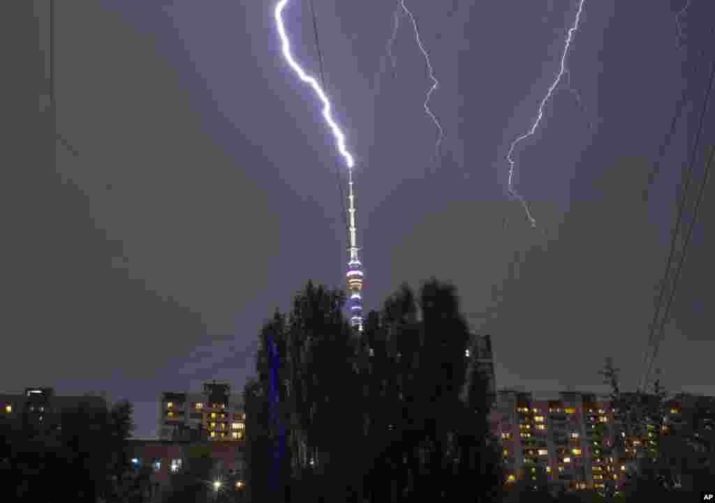 Kilatan petir tampak terlihat di atas menara TV Ostankino pada saat badai hujan di Moskow, Rusia.