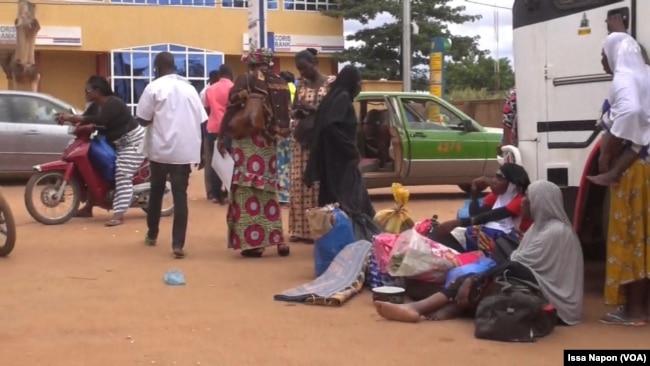 Des voyageurs dépités espèrent que la grève prendra vite fin, Ouagadougou, Burkina Faso, 9 août 2017. (VOA/Issa Napon)